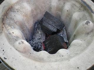七輪の中の炭.jpg