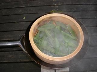 笹の葉を蒸す.jpg